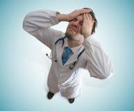 Απογοητευμένος και τονισμένος γιατρός Έννοια αποτυχίας και αδικήματος Στοκ Εικόνες