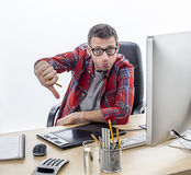 Απογοητευμένος περιστασιακός επιχειρηματίας που παρουσιάζει απομυθοποίησή του με τους αντίχειρες κάτω Στοκ Εικόνες