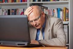 Απογοητευμένο άτομο με το lap-top Στοκ εικόνα με δικαίωμα ελεύθερης χρήσης