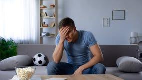 Απογοητευμένο άτομο που συγκλονίζεται από την ήττα της αγαπημένης ομάδας ποδοσφαίρου στο πρωτάθλημα στοκ φωτογραφία με δικαίωμα ελεύθερης χρήσης