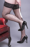 Απογυμνωμένο κέρατο με τα υψηλές παπούτσια τακουνιών και τις γυναικείες κάλτσες διχτυών ψαρέματος Στοκ φωτογραφίες με δικαίωμα ελεύθερης χρήσης