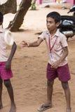 Αποδεικτική εκδοτική εικόνα Αθλητισμός παιχνιδιού παιδιών και δασκάλων στο σχολείο υπαίθριο Στοκ Φωτογραφίες