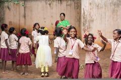 Αποδεικτική εκδοτική εικόνα Αθλητισμός παιχνιδιού παιδιών και δασκάλων στο σχολείο υπαίθριο Στοκ Φωτογραφία