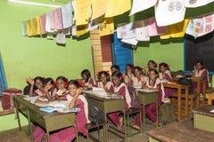 Αποδεικτική εκδοτική εικόνα Τα μη αναγνωρισμένα παιδιά σχολείου μελετούν στην τάξη στο κυβερνητικό δημόσιο σχολείο Στοκ εικόνες με δικαίωμα ελεύθερης χρήσης