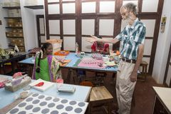 Αποδεικτικό κύριο άρθρο PUDUCHERY, PONDICHERY, TAMIL NADU, circa της ΙΝΔΊΑΣ - Μαρτίου, 2018 Ο μη αναγνωρισμένος θηλυκός καλλιτέχν Στοκ εικόνες με δικαίωμα ελεύθερης χρήσης