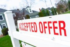 Αποδεκτό σπίτι προσφοράς για την ακίνητη περιουσία πώλησης στοκ φωτογραφίες