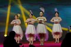 Αποδόσεις χορευτής-τραγουδιού και χορού Στοκ φωτογραφία με δικαίωμα ελεύθερης χρήσης