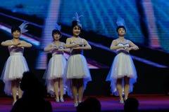 Αποδόσεις χορευτής-τραγουδιού και χορού Στοκ Φωτογραφίες