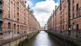 Αποθήκες εμπορευμάτων σε Speicherstadt Αμβούργο με το μπλε ουρανό και τα σύννεφα Στοκ εικόνα με δικαίωμα ελεύθερης χρήσης