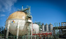 Αποθήκευση αερίου σφαιρών στο εργοστάσιο πετροχημικών με το μπλε ουρανό Στοκ Φωτογραφίες
