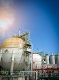Αποθήκευση αερίου σφαιρών στο εργοστάσιο πετροχημικών με το μπλε ουρανό Στοκ Φωτογραφία