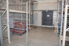 Αποθήκευση ασφάλειας με τα ράφια και μια κλειδωμένη μέταλλο πόρτα στοκ φωτογραφίες με δικαίωμα ελεύθερης χρήσης
