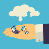 Αποθήκευση σύννεφων πέρα από το ανθρώπινο χέρι με την ταμπλέτα, το lap-top και το smartphone Στοκ Φωτογραφίες