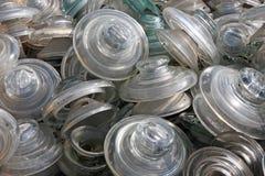 Αποθήκευση των μονωτών τοποθέτησης υαλοπινάκων και γυαλιού που εγκαταλείπονται σε υλικά οδόστρωσης Στοκ εικόνα με δικαίωμα ελεύθερης χρήσης