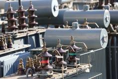 Αποθήκευση των παλαιών μεγάλων ηλεκτρικών μετασχηματιστών τάσης στο landfi στοκ φωτογραφία με δικαίωμα ελεύθερης χρήσης
