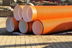 Αποθήκευση των σωλήνων πολυαιθυλενίου του πορτοκαλιού χρώματος της μεγάλης διαμέτρου Στοκ φωτογραφία με δικαίωμα ελεύθερης χρήσης