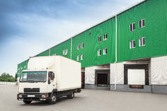Αποθήκη εμπορευμάτων αποβαθρών φορτηγών στοκ εικόνα με δικαίωμα ελεύθερης χρήσης