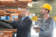 Αποθήκη εμπορευμάτων επιθεώρησης διευθυντών και εργαζομένων εργοστασίων σωλήνων στοκ φωτογραφία