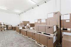 Αποθήκη εμπορευμάτων με τα κουτιά από χαρτόνι Στοκ εικόνα με δικαίωμα ελεύθερης χρήσης