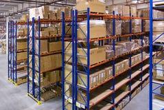 Αποθήκη εμπορευμάτων με τα ράφια και τα κιβώτια Στοκ Εικόνα