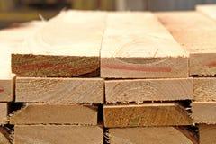 Αποθήκη εμπορευμάτων ξυλείας τελειωμένος - προϊόντα για την κινηματογράφηση σε πρώτο πλάνο κατασκευής στοκ φωτογραφία