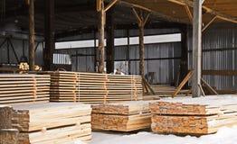 Αποθήκη εμπορευμάτων ξυλείας τελειωμένος - προϊόντα για την κινηματογράφηση σε πρώτο πλάνο κατασκευής στοκ εικόνες