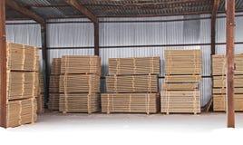 Αποθήκη εμπορευμάτων ξυλείας τελειωμένος - προϊόντα για την κινηματογράφηση σε πρώτο πλάνο κατασκευής στοκ φωτογραφία με δικαίωμα ελεύθερης χρήσης