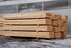 Αποθήκη εμπορευμάτων ξυλείας τελειωμένος - προϊόντα για την κινηματογράφηση σε πρώτο πλάνο κατασκευής στοκ φωτογραφίες