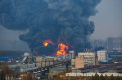 Αποθήκη εμπορευμάτων που χτίζει την ισχυρή πυρκαγιά στο μαύρο καπνό αποθηκών εμπορευμάτων και την πυρκαγιά Στοκ εικόνα με δικαίωμα ελεύθερης χρήσης