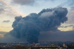 Αποθήκη εμπορευμάτων που χτίζει την ισχυρή πυρκαγιά στο μαύρο καπνό αποθηκών εμπορευμάτων και την πυρκαγιά Στοκ Εικόνες