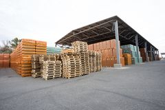 Αποθήκη εμπορευμάτων τελειωμένος - προϊόντα κάτω από το θόλο στοκ φωτογραφία