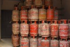 Αποθήκη εμπορευμάτων των παλαιών κόκκινων κυλίνδρων αερίου που στέκονται ο ένας πάνω από τον άλλον κακή κατάσταση του εξοπλισμού  στοκ φωτογραφίες με δικαίωμα ελεύθερης χρήσης