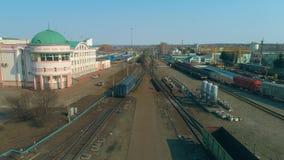 Εναέρια άποψη της πόλης Η οικοδόμηση του σιδηροδρομικού σταθμού Αποθήκη τραίνων με πολλά τραίνα απόθεμα βίντεο