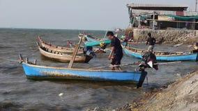 Αποθεμάτων βιντεοσκοπημένων εικονών ο αναδρομικός ταϊλανδικός ναυτικός νεαρών άνδρων Longtail ασιατικός κυβέρνησε την ανοικτή θάλ απόθεμα βίντεο