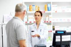 Αποθηκάριος και ανώτερος πελάτης στο φαρμακείο στοκ εικόνα
