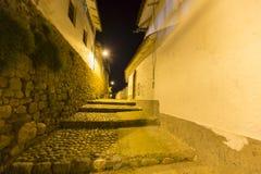 Αποικιακοί architecure και φωτεινός σηματοδότης σε Cusco τη νύχτα, Περού Στοκ εικόνα με δικαίωμα ελεύθερης χρήσης