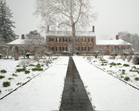 Αποικιακό σπίτι εποχής στο χιόνι Στοκ φωτογραφίες με δικαίωμα ελεύθερης χρήσης