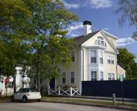 Αποικιακό σπίτι στη Νέα Αγγλία Στοκ φωτογραφία με δικαίωμα ελεύθερης χρήσης