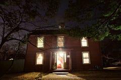 Αποικιακό σπίτι τη νύχτα Στοκ φωτογραφίες με δικαίωμα ελεύθερης χρήσης