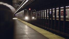 Αποκάλυψη του πυροβολισμού του υπόγειου τρένου πόλεων της Νέας Υόρκης που φθάνει στον υπόγειο σταθμό απόθεμα βίντεο