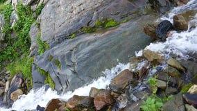Αποκαλούμενο καταρράκτης ` αντέχει ` ρέοντας γρήγορα γαλακτώδες ρεύμα, βουνό Καύκασου φιλμ μικρού μήκους