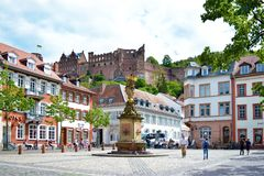 """Αποκαλούμενο τετράγωνο """"Kornmarkt """"στο παλαιό κέντρο πόλεων με τους ανθρώπους που περπατούν κοντά, την πηγή με το χρυσό άγαλμα Ma στοκ εικόνα με δικαίωμα ελεύθερης χρήσης"""