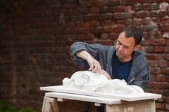 Αποκαταστάτης βιοτεχνών που λειτουργεί με το γύψο Στοκ Φωτογραφίες