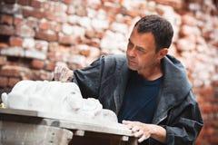 Αποκαταστάτης βιοτεχνών που λειτουργεί με το πρότυπο γύψου Στοκ Εικόνες