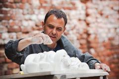 Αποκαταστάτης βιοτεχνών που λειτουργεί με το πρότυπο γύψου Στοκ εικόνες με δικαίωμα ελεύθερης χρήσης