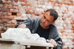 Αποκαταστάτης βιοτεχνών που λειτουργεί με το πρότυπο γύψου Στοκ φωτογραφία με δικαίωμα ελεύθερης χρήσης