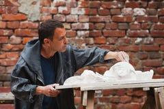 Αποκαταστάτης βιοτεχνών που λειτουργεί με το πρότυπο γύψου Στοκ Φωτογραφία