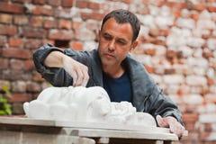 Αποκαταστάτης βιοτεχνών που λειτουργεί με το πρότυπο γύψου Στοκ φωτογραφίες με δικαίωμα ελεύθερης χρήσης