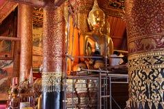 αποκαταστήστε μια παλαιά πολύτιμη εικόνα του Βούδα στοκ εικόνα