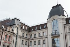 Αποκατεστημένο ιστορικό κτήριο με τα μεγάλα παράθυρα Στοκ Εικόνες
